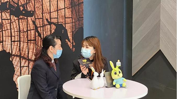 德华兔宝宝家居公司总经理助理盛芷宁接受采访
